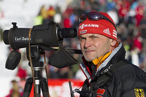 Trainer und Betreuer von DSV und IBU nutzen ZEISS Spektive und Ferngläser. <br />Auf dem Bild: Der deutsche Biathlon-Bundestrainer Gerald Hönig. (©NordicFocus)