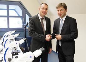 Der Aalener Oberbürgermeister Thilo Rentschler und Jörg Nitschke, Leiter Corporate Communications bei ZEISS (von links), bei den gesponserten Mikroskopen im Um-Welt Bildungsraum.